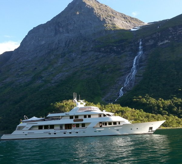 yacht luna a benetti crystal 140 superyacht. Black Bedroom Furniture Sets. Home Design Ideas
