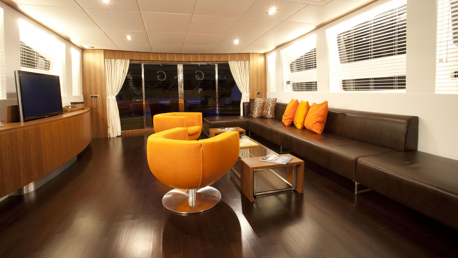 Ginevra yacht charter details tecnomar charterworld for Salon orange