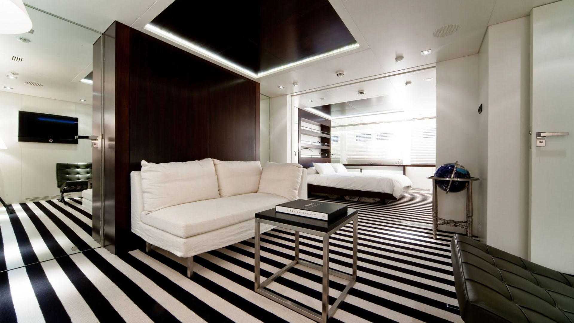 auspicious yacht charter details mondomarine. Black Bedroom Furniture Sets. Home Design Ideas