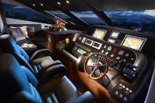 2009 Sunseeker 80 Motor Yacht  - Helm Station.png