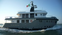 27m motor yacht Irie Man - side view