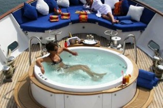 AVA - Foredeck Spa Pool