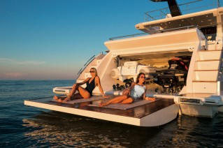 Azimut 77S Yacht - Beach area and garage.png