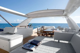 Azimut 88 Motor Yacht - Cocktail Area.png