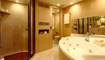 Benetti Tradition 105 VIP bathroom