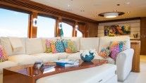 Charter yacht RESTLESS - Salon Seating