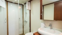 Chronos yacht - bathroom