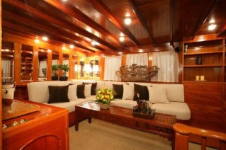 Classic Yacht OVER THE RAINBOW -  Salon Seating