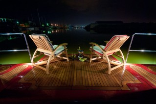 Enjoy the night view - Motoryacht Red Pearl