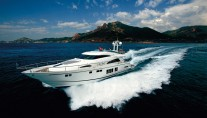 Fairline Squadron 78 CUSTOM Yacht at full speed