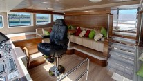 Le Must Yacht - raised wheelhouse