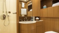 Little Jems yacht - en suite bath