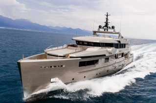 Luxury motor yacht Cacos V at full speed