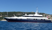 Luxury motor yacht Double Trouble after a full hull wrap by Wild Group International (2)-001