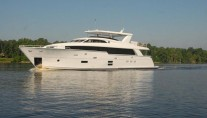 Luxury motor yacht Hatteras 100RPH on the water