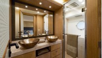 Luxury yacht MCY 86 - VIP Cabin - En Suite Bathroom