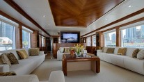 Majesty 105 yacht Le Must - main saloon