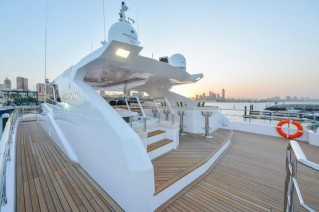 Majesty 122 Yacht - Fly-bridge gunnel