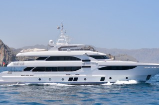 Motor yacht Majesty 135 running