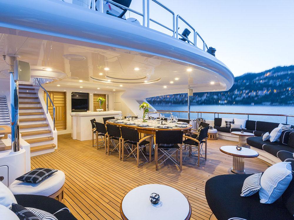Motor yacht QM OF LONDON - bridgedeck aft