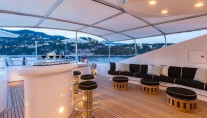 Motor yacht QM OF LONDON - sundeck bar