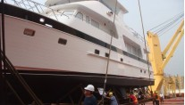 Outer Reef 700 Yacht - side view