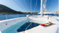 SY Q - Foredeck pool