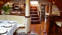 SY WHITEFIN - Aft salon view
