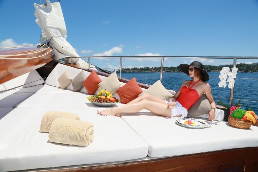 Sailing ketch LAMIMA - Bow sunpads