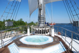 Sailing yacht RUNNING ON WAVES -  Spa Pool