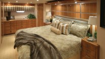 Superyacht-Hatteras-77-Covertible-Master-stateroom