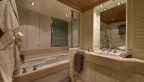 TOMMY - Guest ensuite with bath
