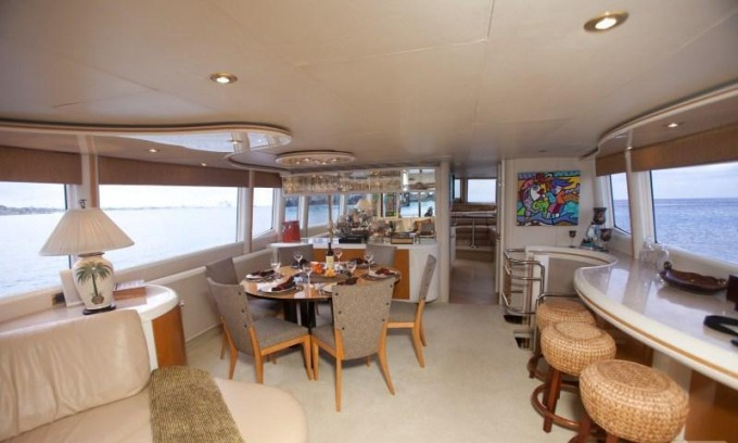 Luxury yacht charter tres hermanos iii main salon lazzara for 2 hermanos salon