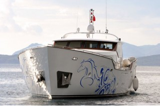 The-luxury-yacht-AD5-front-view
