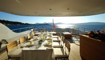 Yacht FATHOM -  Bridge deck dining