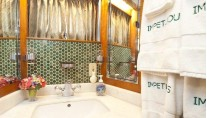 Yacht IMPETUOUS -  Guest Bathroom