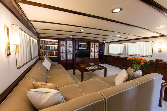 Yacht INDIA - Main Salon Seating
