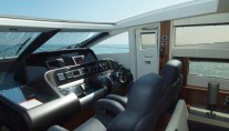 Yacht VIBE -  Wheelhouse with retractable roof