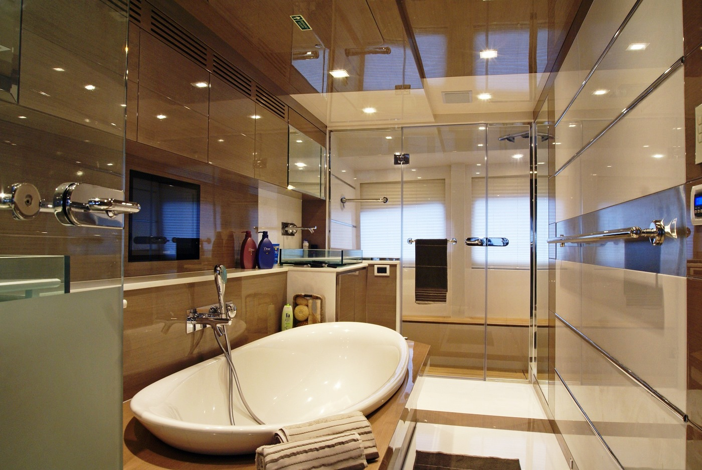 Motor yacht noor master bathroom yacht charter for Bathroom interior design