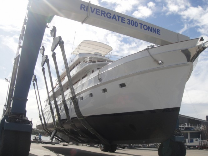 motor yacht falls from crane