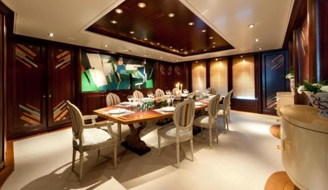 Motor Yacht Reborn - Dining Table