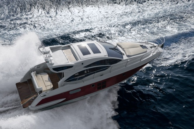 The luxury yacht Azimut 40 really opens the Azimut flybridge collection ...