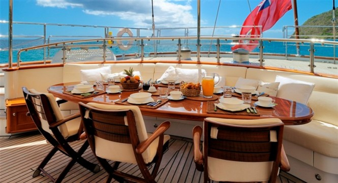 Al fresco dining - Drumbeat charter yacht by Dubois