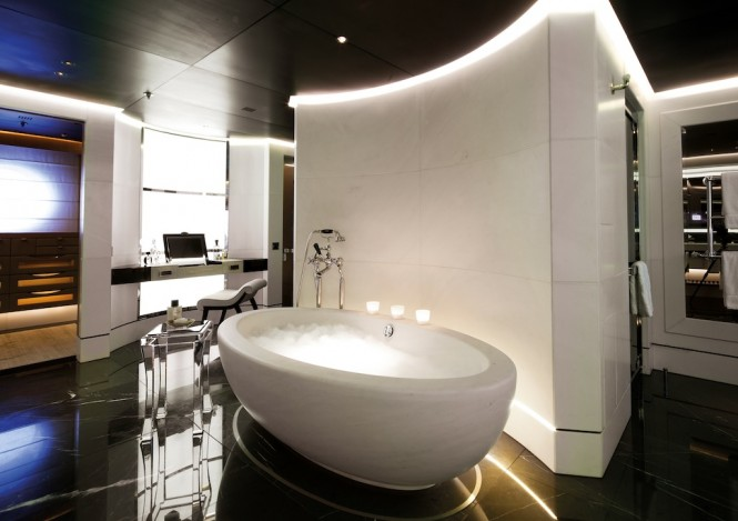 Luxury Yacht Numptia - Owner's suite bath