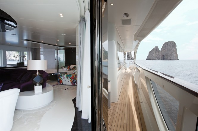 Motor Yacht Quinta Essentia - View of the main saloon on the left