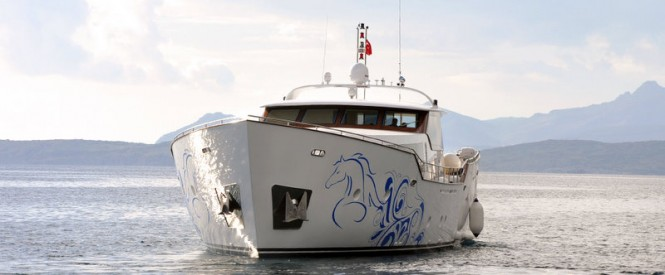 The luxury yacht AD5 - front view