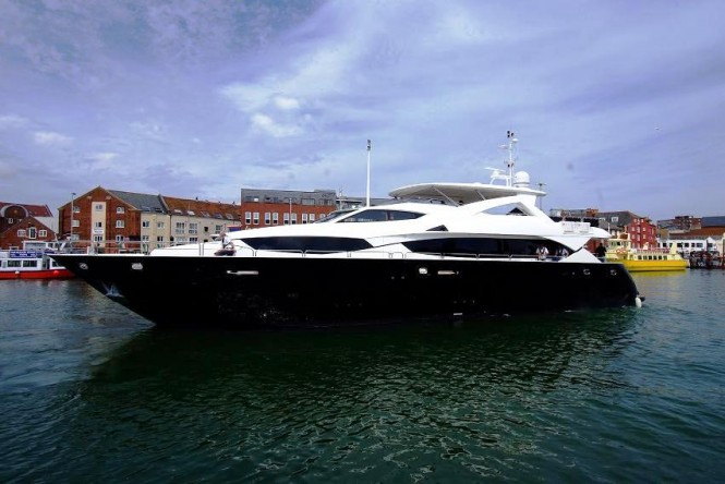 34m charter yacht Black and White by Sunseeker