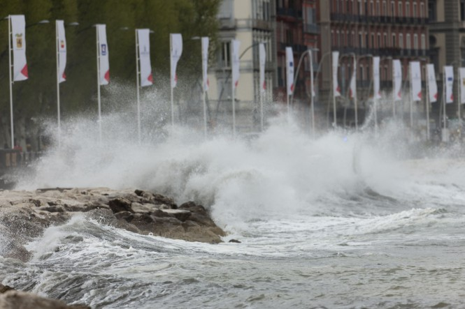 Heavy seas and strong winds in Naples on Saturday morning