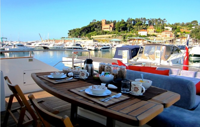 Motor Yacht JR - Alfresco Dining.
