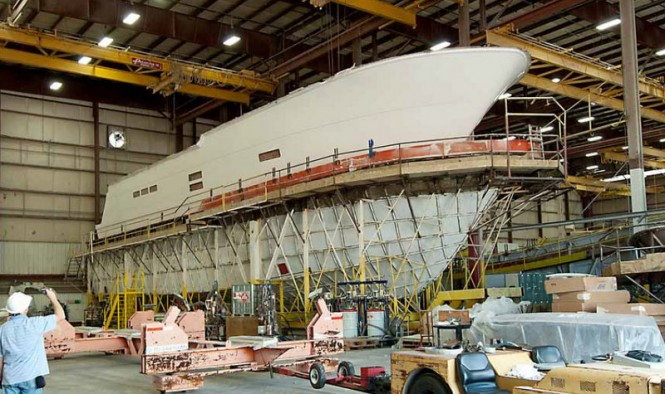 Construction of the 100 RPH superyacht - Pulling hull from mold
